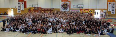 Gruppenfoto des letzten Martial Arts Day 2017 in Düsseldorf mit über 800 Aktiven Teilnehmern