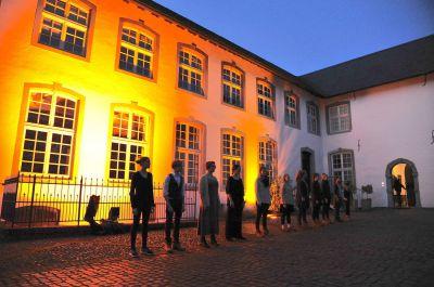 12 jugendliche Teilnehmer vor der Dorenburg, Grefrath. Foto: Norbert Hegger
