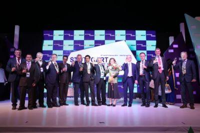 Honorarkonsul Andreas Lapp (4. v. li.) mit Delegationsteilnehmern und Ehrengästen auf der Bühne