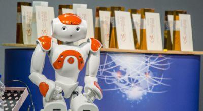 """Der Roboter """"Annabell"""" wurde während der spannenden Gesprächsrunde im Rahmenprogramm der Award-Verleihung 2015 dem interessierten"""