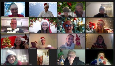 Virtuelle Weihnachtsfeier mit teamgeist, Screen mit feierndem Team