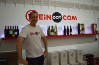 WEiNDOTCOM Gründer Florian Janek steht schon für viele Besucher für den Lagerverkauf mit Weinprobe bereit.