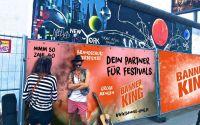 PVC Banner sind robust, günstig und B1 zertifiziert, daher bestens für Festivals oder Events geeignet.