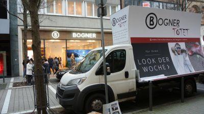 Der Plakat-Wagen des Deutschen Tierschutzbüros steht in Hannover vor Bogner und informiert über Echtpelz