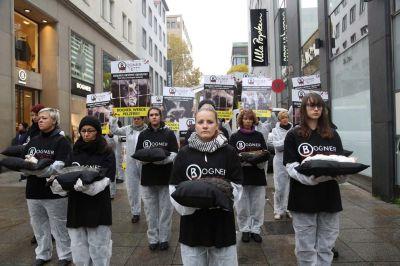 """Zum Start der Anti-Pelz-Kampagne """"Bogner tötet!"""" führten Tierschutzaktivisten eine Tierkörperaktion vor Bogner in Stuttgart durch."""