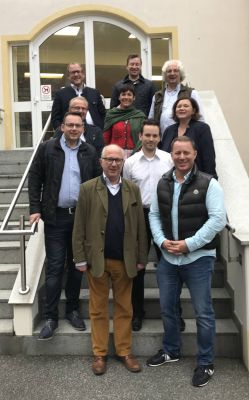 Freiherr Adam von Aretin vorne links und Präsident Marco Altinger vorne rechts