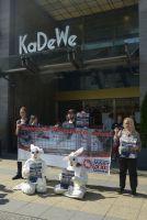 Deutsches Tierschutzbüro demonstriert vor KaDeWe gegen Verkauf von Kaninchen-Qualfleisch