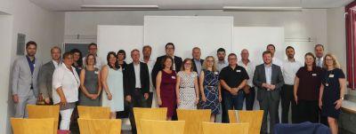 Alle Vertreter*innen der ausgezeichneten Unternehmen mit Servicestelleleiter Markus Zahner sowie Ivonne Stolpmann von der IHK.