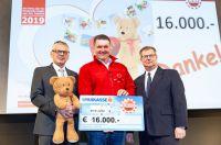 Martin Rainer und Karl Binder (li. und re.) übergeben im Namen der Felder Gruppe den Scheck an Markus Rainer