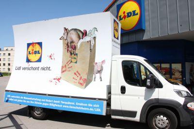 Am 15.10. steht der Plakatwagen zum Flashmob vor der LIDL-Filiale in Frankfurt am Main