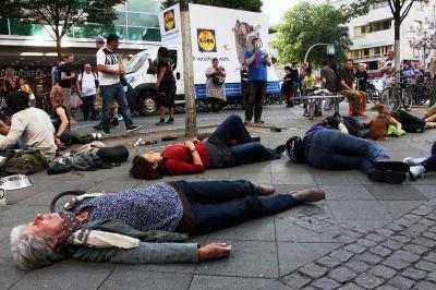 """Flashmob vor LIDL-Filiale in Berlin-Wilmersdorf / """"LIDL verschont nicht"""" - so die Botschaft der Tierschützer"""