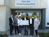 Martin Gierse, Geschäftsführer DKHV (Mitte), Volker Seefeld, Vorstandsvorsitzender NH/HH (Mitte rechts)bei der Spendenübergabe