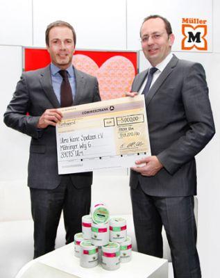 Müller-Marketingleiter Alexander Kornegger übergibt den Betrag.         © Foto: dpr / Aurel Dörner