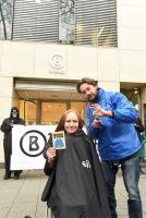 """""""Haarschneide-Aktion"""" vor Berliner Bogner-Filiale zur Anti-Pelz-Kampagne"""