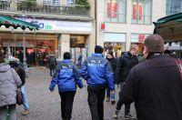 Die Pelz Polizei des Deutschen Tierschutzbüros klärt Pelzträger über Tierqual auf.