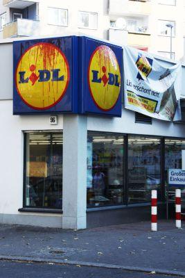 Tierschützer lassen Banner an Berliner LIDL-Filiale hinab.