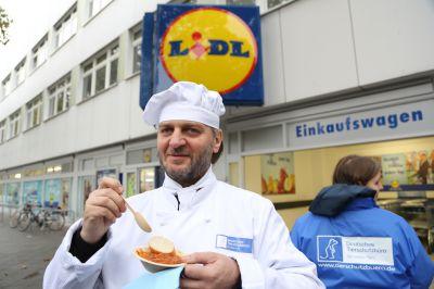 """Anlässlich der 100. LIDL-Filiale der Aufklärungskampagne """"LIDL verschont nicht"""" wurden 100 vegane """"Bolognese"""" Kostproben verteilt."""