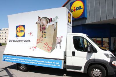 Plakatwagen zum Thema Massentierhaltung kommt nach Augsburg.