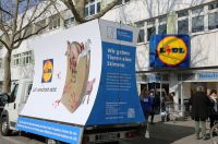 """Plakatwagen kommt nach Osnabrück: """"LIDL verschont nicht""""  - 07.04. Aktion vor der LIDL Filiale in Osnabr"""