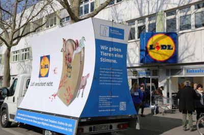 Plakatwagen zum Thema Massentierhaltung kommt nach München