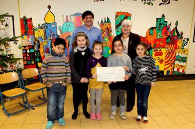 Schulleiter Jan Schimmel und Kinder der Katholischen Grundschuler St. Bonifatius, Düren, überreichten einen 250 EUR Scheck .