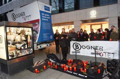 Tierschützer trauern um Pelztiere vor Berliner Bogner Filiale