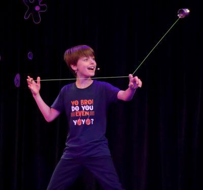 Elfjähriger Show Künstler Felix begeisterte Senioren mit seiner Vielseitigkeit