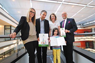 Freuen sich über das zauberhafte Malbuch für die Olgäle-Stiftung, re. Heinz Wurzel
