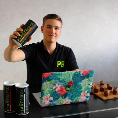Gründer Max Rongen mit PlantBreak Backmischungen und fertigen PlantBreak Riegeln