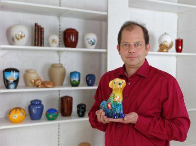 Olaf Ollech von ANUBIS-Tierbestattungen in Altbach steht trauernden Tierfreunden beratend zur Seite. Foto: Knut Anstötz