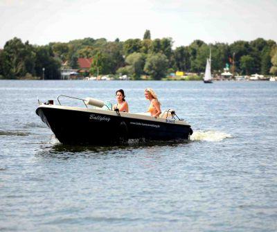 Selbständig Motorboot fahren ohne Führerschein in Berlin