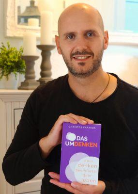 """Christos Farakos mit seinem Buch """"Das Umdenken - Dein Denken beeinflusst sein Leben"""""""
