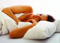 Deutsche Frauen schlafen bevorzugt auf der Seite und knuddeln ihr Kissen entsprechend zurecht