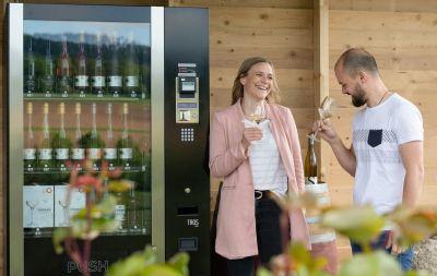 Weinautomat des Weingut Sonnenhof in Vaihingen-Gündelbach sorgt 24/7 für Genuss (© Bettina Meister)