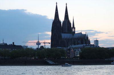 Motorboot mit 115 PS vor dem Dom in Köln