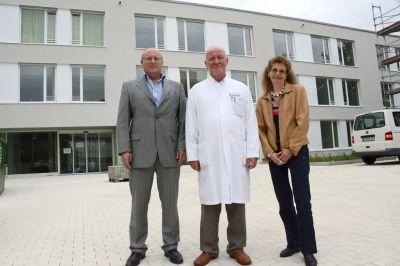 """Franz Hartinger, Oberarzt Dr. Peter König und Dr. Claudia Zimmerer (von links nach rechts) freuen sich über das """"Comeback"""" der Ein"""