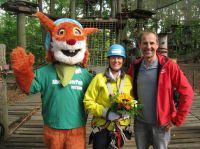 Geschäftsführer Wolfgang Bünten begrüßt mit Maskottchen Woody Sabine Clausen als 250.000.Klettergast. Foto: Abenteuerpark Potsdam