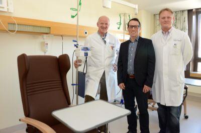 Mit dem neuen Oberarzt Dr. Andreas Bühler (Mitte) hat Direktor Prof. Dr. Josef Menzel (links) einen Fachmann gewonnen.