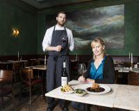 Küchenchef Tobias Janzen mit Gastgeberin Renate Dengg
