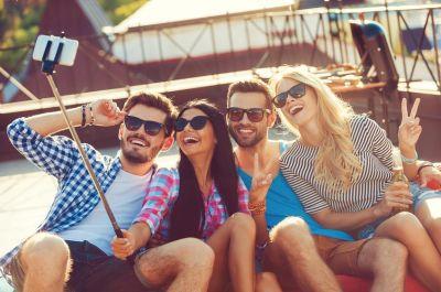 Selfies mit dem Smartphone auf die Selfiewall-Beamerleinwand posten (Foto: © gstockstudio, Fotolia)