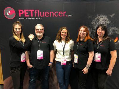 Thomas Poschen und Team, zusammen mit TV-Moderatorin und Starautorin zum Thema Hund, Kate Kitchenham (Mitte)