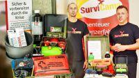 Benjamin Arlet und Daniel Schäfer von SurviCamp stellen den Krisen-Koffer vor.