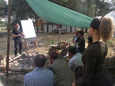 Teilnehmer des Survival-Camps lernen wertvolle Fähigkeiten, auch für Beruf und Alltag.