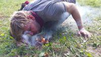 Feuermachen gehört zu den grundlegenden Wildnis-Fähigkeiten und erfordert viel Vorbereitung und Geduld.