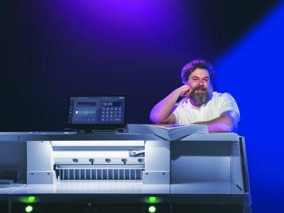 Der programmierbare Stapelschneider THE 56 definiert das Thema Schneiden ganz neu.  (© Krug + Priester)