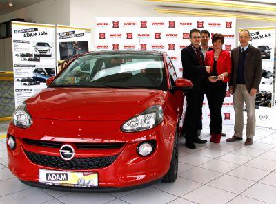 v.l.: Opel ADAM, Martin Scheuer (WEKO-Geschäftsleitung), Andreas Asbeck (WEKO-Marketing), Renate Stütz, Franz Solcher