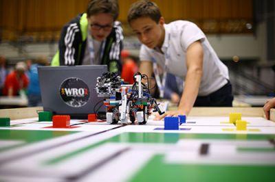 Team bei der Roboterprogrammierung