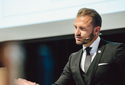 WirtschaftsHaus Vertriebsvorstand Sandro Pawils verkündet die Produktoffensive