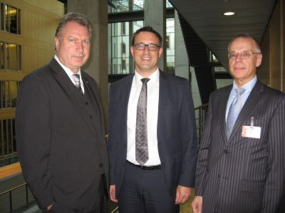 v.l.n.r.: Heinz Leymann (IfKom), Sören Bartol MdB (stellv. Vorsitzender der SPD Bundestagsfraktion), Andreas Hofert (IfKom)