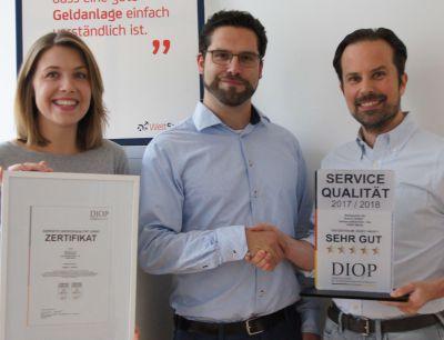 v.l.n.r. Josephine Anderssohn  (Marketing Raisin GmbH), Jascha Aust (Präsident DIQP)  und Dr. Daniel Berndt (CCO Raisin GmbH)